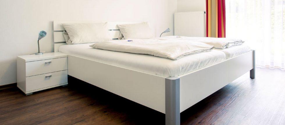 In den hellen, geräumigen Zimmern mit moderner Einrichtung und Bädern im klassichem Stil erwartet Sie Behaglichkeit – mit Liebe zum Detail.